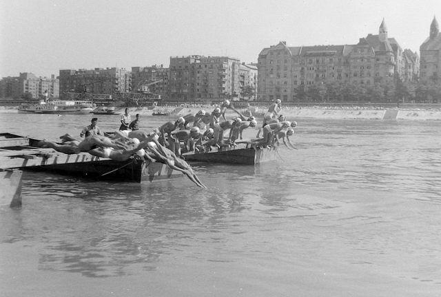 úszóverseny a Dunában 1933k