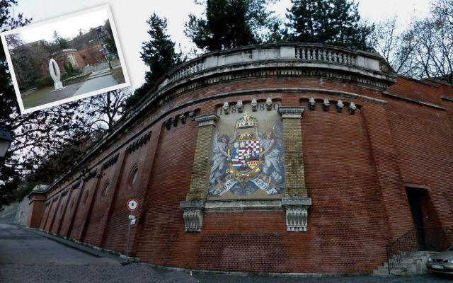 Kiegyezés- Magyar Királyság címere a Vár alján