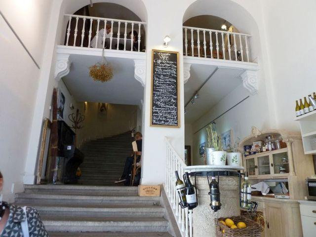 Az egykori, karzatra vezető lépcsőház helyén működött kávézót is bezárták időközben.
