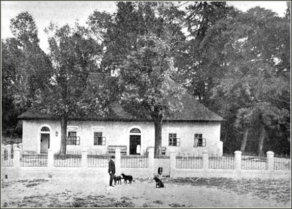 Mikszáth Kálmán a kúria előtt 1910