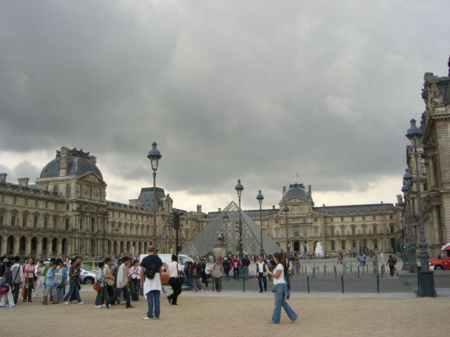 0080 Musée du Louvre La Pyramide 2007.08.24