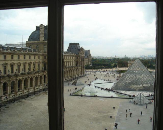 0233 Louvre ablakból a piramisok