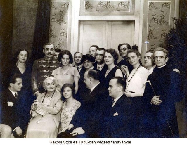 Rákosi Szidi és 1930-ban végzett tanítványai.