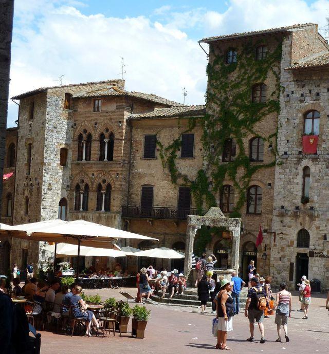 2014 nyár P1470085 San Gimignano, Piazza della Cisterna, balszél pal.Tortoli