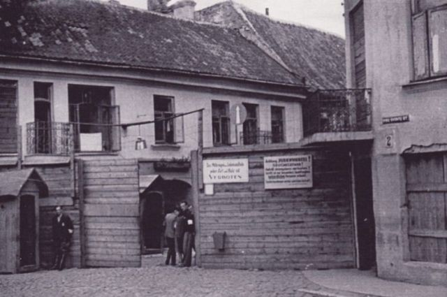 main-gates-vilnius-ghetto-1942