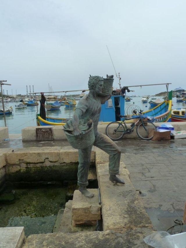 Málta P1680897 Marsaxlokk öböl, halász szobra
