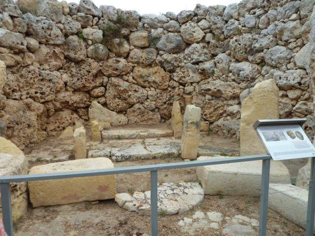 Gozo P1690298 szobor lépcső, Ġgantija Temples