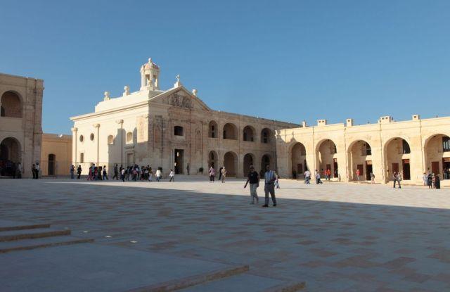 Malta-fortmanoel-square-2009 (Wiki)
