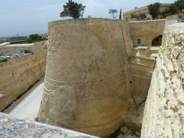Málta P1670550 Valletta, vizesárok és pajzsgát- St. James ravelin