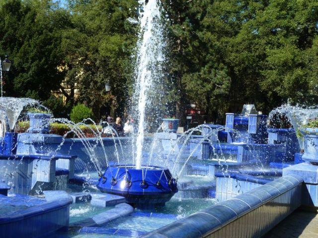 Szabadka P1760928 Köztársaság tér, Kék szökőkút (Zsolnay)