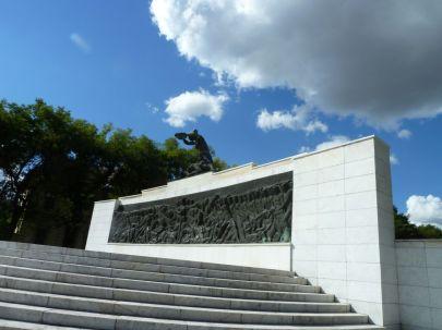 Szabadka P1770141 Szent Teréz tér, Fasizmus áldozatai emlékmű