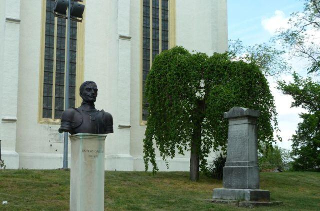 P1740654 Nyírbátor, Báthory Gábor szobor a ref. templom előtt
