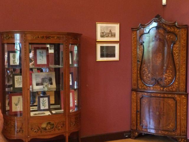 IMG_3843 Tiszadob, 2018.04.27. kastély, kisszalon vitrin, kézzel festett és barokk sarokszekrény