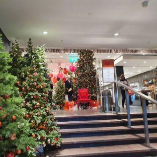 Genf 20191206_133043 áruház, karácsonyi díszek