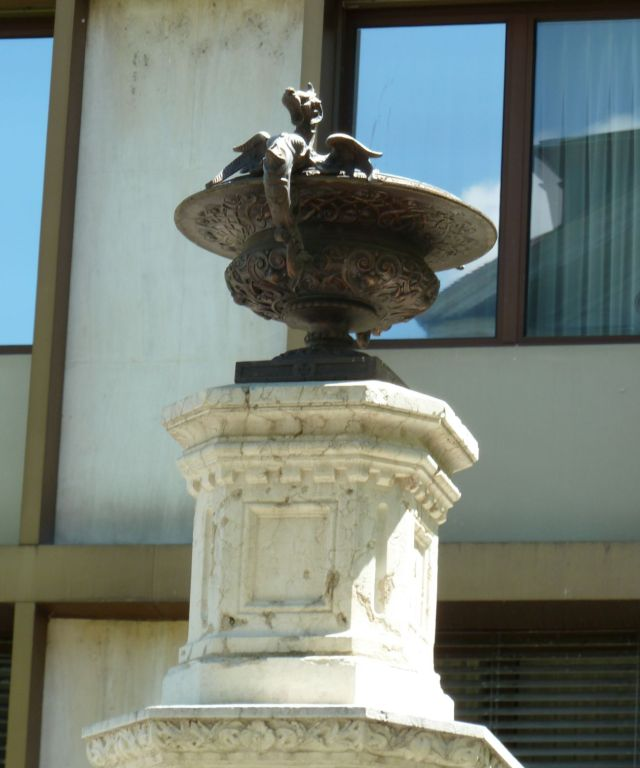 Genf P1690942 sárkányos kút a Rue du Rhône-n